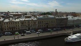 4k εναέριος πυροβολισμός του γαμήλιου Άγιος-Πετρούπολη παλατιού στο αγγλικό ανάχωμα απόθεμα βίντεο