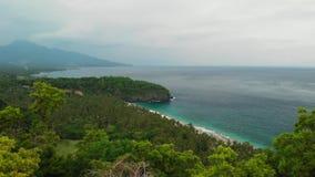 4K εναέριο βίντεο κηφήνων της γυναίκας στην άκρη Τροπική παραλία, βουνό, έννοια ταξιδιού Νησί του Μπαλί απόθεμα βίντεο
