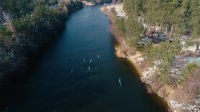 4K εναέριο μήκος σε πόδηα Μετά από την ομάδα καγιάκ στον ποταμό στην άνοιξη απόθεμα βίντεο