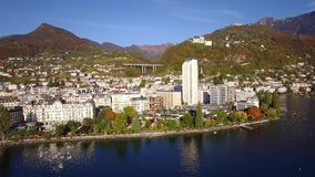 4K εναέριο μήκος σε πόδηα του Μοντρέ - της προκυμαίας λιμνών Leman, Ελβετία απόθεμα βίντεο