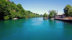 4K εναέριο μήκος σε πόδηα του ποταμού Ροδανού στην πόλη της Γενεύης στην Ελβετία - UHD φιλμ μικρού μήκους