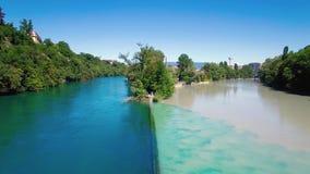 4K εναέριο μήκος σε πόδηα του ποταμού Ροδανού στην πόλη της Γενεύης στην Ελβετία - UHD απόθεμα βίντεο