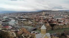 4k εναέριο πανοραμικό κέντρο πόλεων άποψης καυκάσιο στο Tbilisi μήκος σε πόδηα ταινιών απόθεμα βίντεο