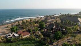 4K εναέριο πανόραμα κηφήνων πετάγματος της τροπικής παραλίας με τη μαύρη άμμο Πανόραμα τοπίων Νησί του Μπαλί φιλμ μικρού μήκους