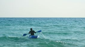4K ενεργός νέα συνεδρίαση αθλητών στη βάρκα καγιάκ και κωπηλασία πέρα από τη θάλασσα, δραστηριότητα θερινού αθλητισμού φιλμ μικρού μήκους