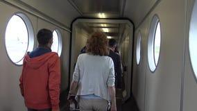 4K επιβάτες μέσα στην τροφή της κεκλιμένης ράμπας στον αερολιμένα απόθεμα βίντεο