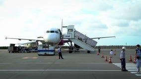 4K επιβάτες στη γραμμή στον πίνακα στο αεροπλάνο έξω στο διεθνή αερολιμένα απόθεμα βίντεο