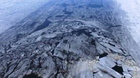 4K Επιπλέοντες ραγισμένοι πάγος και λάσπη στον ποταμό φιλμ μικρού μήκους