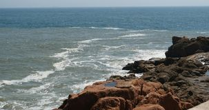 4k επιφάνεια κυμάτων θαλάσσιου νερού σπινθηρίσματος ωκεάνια & παράκτια ακτή κύματος ακτών βράχου απόθεμα βίντεο