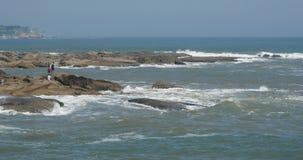 4k επιφάνεια κυμάτων θαλάσσιου νερού σπινθηρίσματος ωκεάνια & παράκτια ακτή κύματος ακτών βράχου φιλμ μικρού μήκους