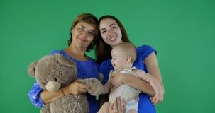 4k - ευτυχής οικογένεια της γενεάς 3 της γυναίκας στην πράσινη οθόνη στοκ φωτογραφίες