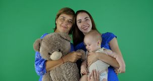 4k - ευτυχής οικογένεια της γενεάς 3 της γυναίκας στην πράσινη οθόνη στοκ φωτογραφίες με δικαίωμα ελεύθερης χρήσης