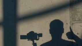 4k - Η αστεία σκιά του καμεραμάν παρουσιάζει αντίχειρα φιλμ μικρού μήκους