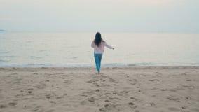 4K η ευτυχής γυναίκα απολαμβάνει τις θερινές διακοπές στην τροπική παραλία, να τρέξει στη θάλασσα με χωρίς παπούτσια και έξω οπλί απόθεμα βίντεο