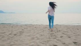 4K η ευτυχής γυναίκα απολαμβάνει τις θερινές διακοπές στην τροπική παραλία, να τρέξει στη θάλασσα με χωρίς παπούτσια και έξω οπλί φιλμ μικρού μήκους