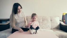 4k: Η νέα ελκυστική μητέρα και ένα γλυκό παιδί σπάζουν μια piggy τράπεζα, η οποία είναι πλήρης των νομισμάτων απόθεμα βίντεο