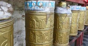 4k θιβετιανή στροφή προσώπων που περιστρέφει τις βουδιστικές ρόδες προσευχής, lhasa φιλμ μικρού μήκους