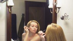 4K κίνηση αργή Μια γυναίκα χρωματίζει τα eyelashes της μπροστά από έναν καθρέφτη στο λουτρό απόθεμα βίντεο