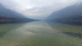 4K Καταπληκτική λίμνη Bohinj στον ομιχλώδη καιρό και το πουλί στην πέτρα, πανοραμική άποψη Ιουλιανές Άλπεις, εθνικό πάρκο Triglav απόθεμα βίντεο