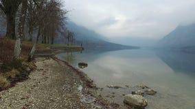 4K Καταπληκτική λίμνη Bohinj στον ομιχλώδη καιρό, πανοραμική άποψη Ιουλιανές Άλπεις, εθνικό πάρκο Triglav, Σλοβενία, Ευρώπη ανθίσ φιλμ μικρού μήκους