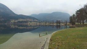 4K Καταπληκτική λίμνη Bohinj στον ομιχλώδη καιρό, πανοραμική άποψη Ιουλιανές Άλπεις, εθνικό πάρκο Triglav, Σλοβενία, Ευρώπη ανθίσ απόθεμα βίντεο