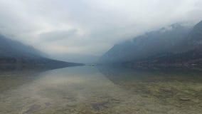 4K Καταπληκτική λίμνη Bohinj στον ομιχλώδη καιρό, τις πέτρες και το πουλί, πανοραμική άποψη Ιουλιανές Άλπεις, εθνικό πάρκο Trigla φιλμ μικρού μήκους