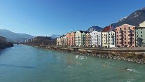 4K Καταπληκτικό Ίνσμπρουκ στην Αυστρία, πανοραμική άποψη πόλεων με τον ποταμό και τις Άλπεις πανδοχείων ανθίστε το χρονικό χειμών φιλμ μικρού μήκους