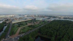 4k κεραία της Άγιος-Πετρούπολης με την άποψη σχετικά με τον τομέα του Άρη, του θερινού κήπου και του ποταμού Neva απόθεμα βίντεο