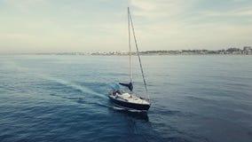 4k κεραία της πλέοντας βάρκας στο ηλιοβασίλεμα cloudscape απόθεμα βίντεο