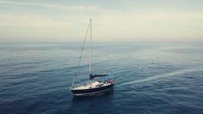 4k κεραία τροχιάς της πλέοντας βάρκας στο ηλιοβασίλεμα cloudscape απόθεμα βίντεο