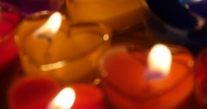 4k κεριά που καίνε στη νύχτα, τη μορφή καρδιών, τη Χαρούμενα Χριστούγεννα και την καλή χρονιά απόθεμα βίντεο