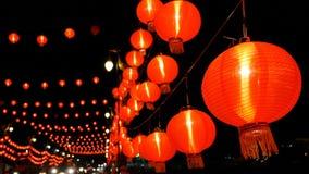 4K κινεζικά φανάρια εγγράφου στη νύχτα που διακοσμείται για τον κινεζικό νέο εορτασμό έτους απόθεμα βίντεο