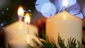 4K κινηματογράφηση σε πρώτο πλάνο της Νίκαιας των αναμμένων κεριών με τη διακόσμηση Χριστουγέννων σε σε αργή κίνηση απόθεμα βίντεο