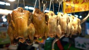 4K, κινηματογράφηση σε πρώτο πλάνο του προμηθευτή στάβλων με την ένωση κρέατος κοτόπουλου στην παραδοσιακή αγορά απόθεμα βίντεο
