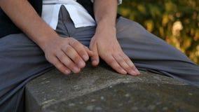 4k - Κινούμενα δάχτυλα μιας συνεδρίασης τύπων σε ένα πάρκο, που μιμούνται παίζοντας το πιάνο φιλμ μικρού μήκους