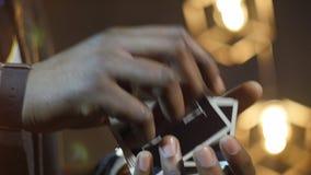 4k κλείστε αυξημένος της εργασίας δάχτυλων κατά τη διάρκεια της μετάθεσης καρτών απόθεμα βίντεο