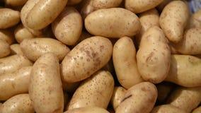 4K κλείστε επάνω τις φρέσκα πατάτες, τις ντομάτες και το κρεμμύδι για την πώληση στην αγορά απόθεμα βίντεο