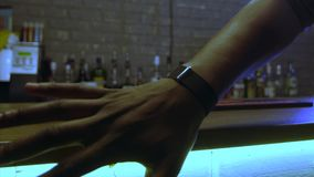4k μάγος που κάνει τα τεχνάσματα με το δαχτυλίδι απόθεμα βίντεο