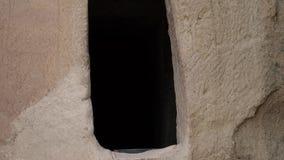 4k μήκος σε πόδηα Εισάγετε στο σπίτι στους βράχους κλείστε επάνω Φορητή κάμερα απόθεμα βίντεο