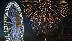 4K μήκος σε πόδηα της γιγαντιαίας ρόδας ferris με το ζωηρόχρωμο φεστιβάλ πυροτεχνημάτων στον ουρανό για το υπόβαθρο εορτασμού τη  φιλμ μικρού μήκους