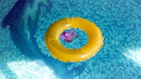 4k μήκος σε πόδηα του κίτρινου διογκώσιμου κολυμπώντας δαχτυλιδιού στην εσωτερική λίμνη απόθεμα βίντεο
