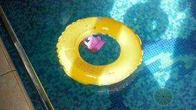 4k μήκος σε πόδηα του κίτρινου διογκώσιμου κολυμπώντας δαχτυλιδιού στην εσωτερική λίμνη φιλμ μικρού μήκους