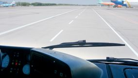 4k μήκος σε πόδηα του λεωφορείου με τους επιβάτες που οδηγούν στα αεροπλάνα στο διάδρομο αερολιμένων απόθεμα βίντεο