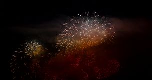4K μήκος σε πόδηα πυροτεχνημάτων που εκρήγνυται σε έναν μαύρο ουρανό στη Γενεύη Ελβετία φιλμ μικρού μήκους