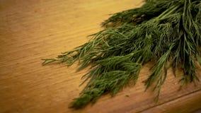 4k, μαγειρεύοντας τρόφιμα, άνηθος  πίνακας  φρέσκος  πράσινος  υγιής  συστατικό  οργανικός  φυτικός απόθεμα βίντεο