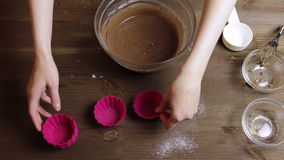 4K μαγειρεύοντας muffins χρόνος-σφάλματος που προσθέτουν και που αναμιγνύουν τη σοκολάτα, κακάο Γεμίζοντας μορφές απόθεμα βίντεο