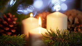 4K μακριά κινηματογράφηση σε πρώτο πλάνο της Νίκαιας των αναμμένων κεριών με τη διακόσμηση Χριστουγέννων σε σε αργή κίνηση φιλμ μικρού μήκους