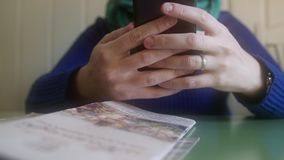 4K νέα γυναίκα που χρησιμοποιεί το smartphone στον καφέ, πυροβολισμός από κάτω φιλμ μικρού μήκους