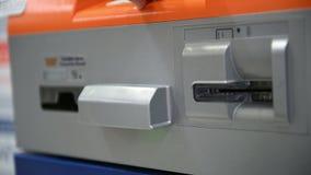 4K νεαρός άνδρας που παρεμβάλλει και που αφαιρείται την πλαστική κάρτα στο ATM απόθεμα βίντεο