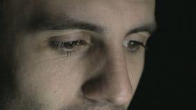 4k - Νεαρός άνδρας που εξετάζει μια ταμπλέτα ή ένα lap-top - εκφράσεις ματιών απόθεμα βίντεο